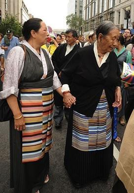 Tibetan-women-holding-hands