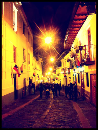 Quito-laronda-street-night