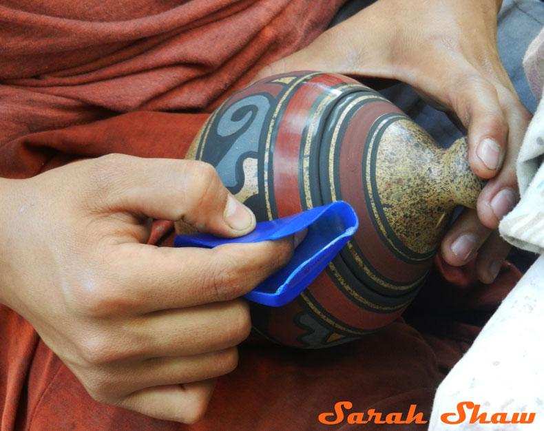 Burnishing a pot before firing it in the kiln in Guatil, Costa Rica