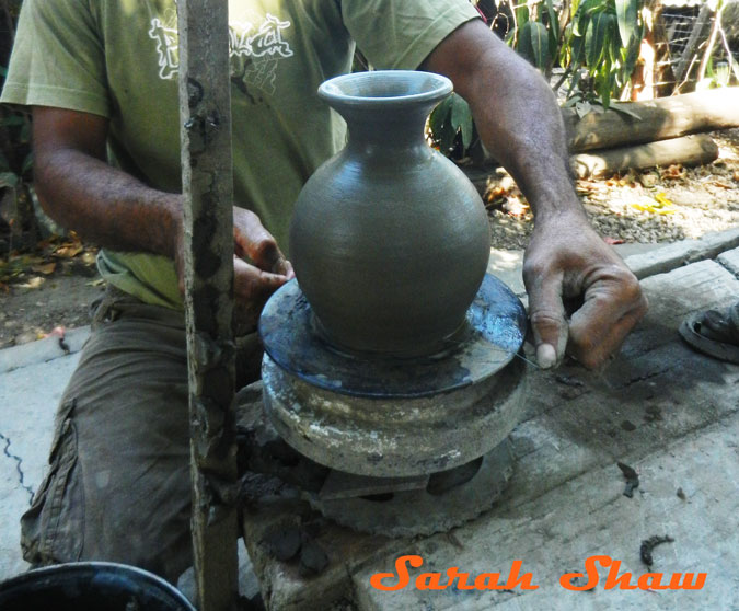 Using a wire to slice a pot of the wheel in Guatil, Costa Rica