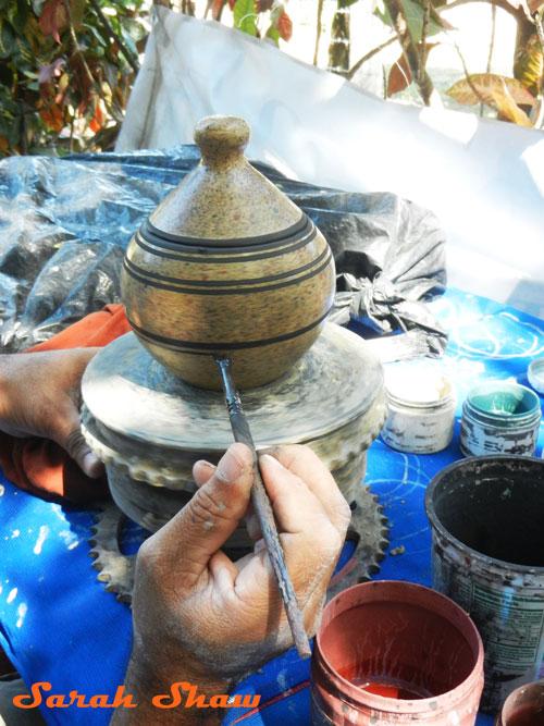 Adding stripes to a lidded jar in Guatil, Costa Rica