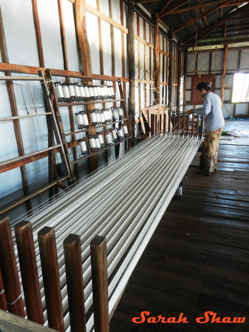 Measuring out the warp at Khit Sunn Yin in Lake Inle, Myanmar