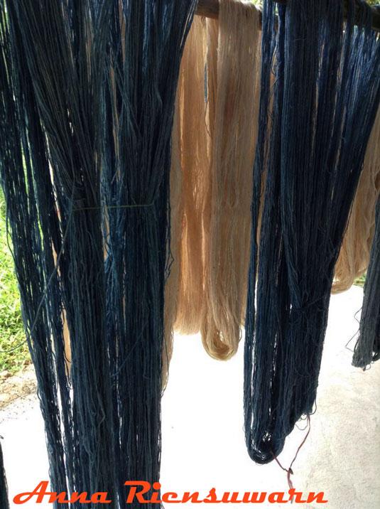 Indigo and natural cotton yarn