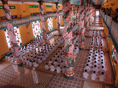 http://wanderlustandlipstick.com/wp-content/uploads/2008/05/vn_cao_dai_temple.jpg