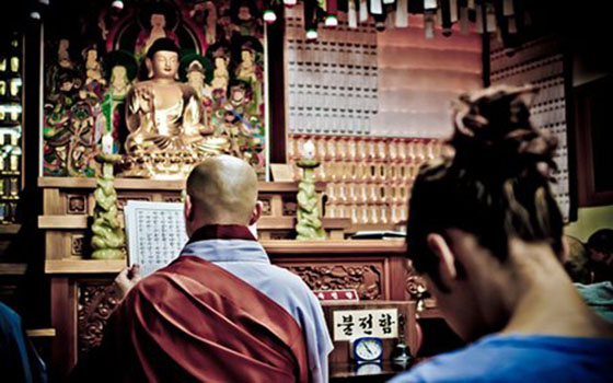 Bowing-in-Temple